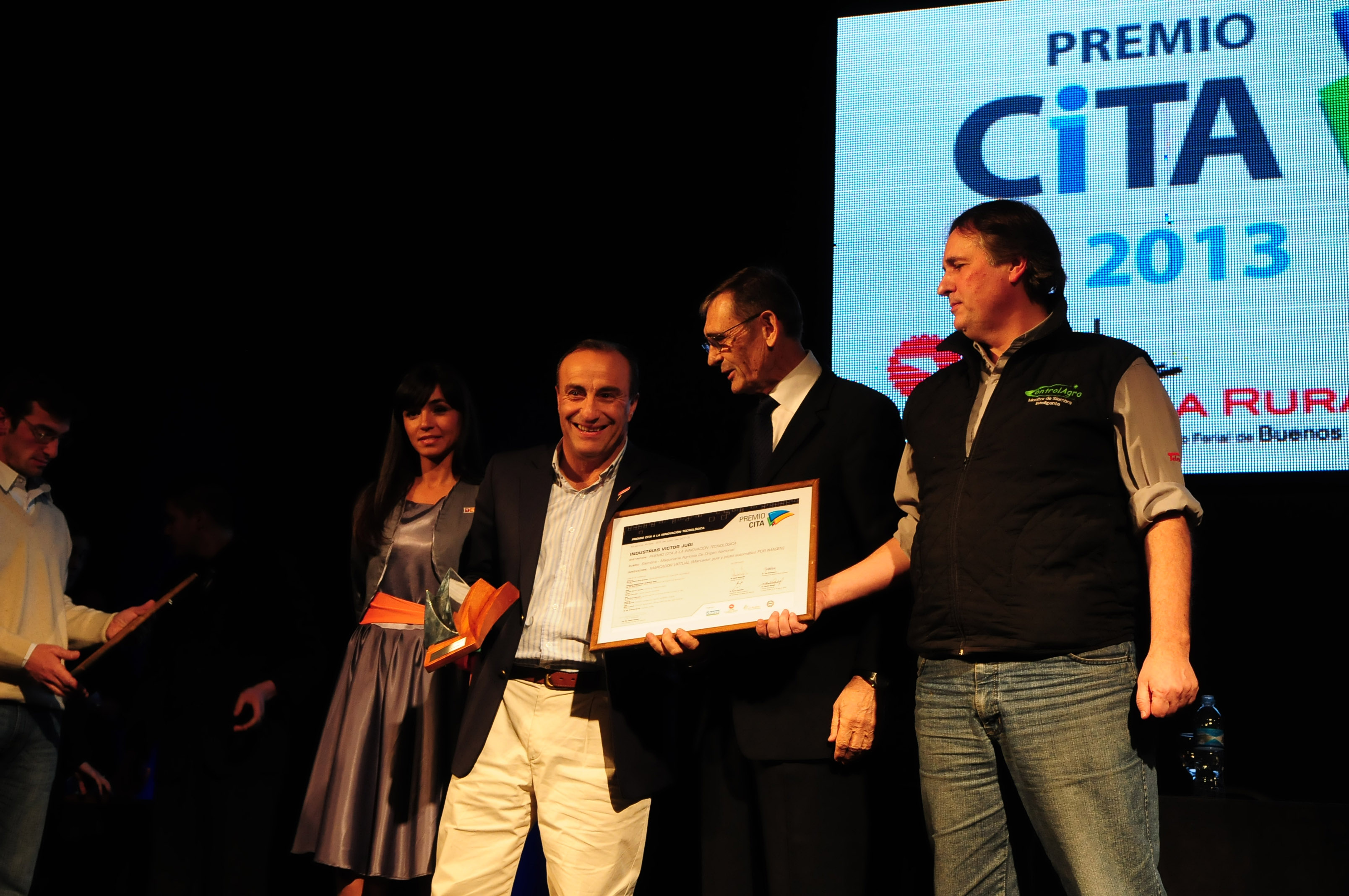 2013-08-industrias-victor-juri-premio-siembra-1